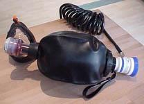 Abb.: Ambu Mark III  Beatmungsbeutel mit angestecktem Oxidem Demandventil