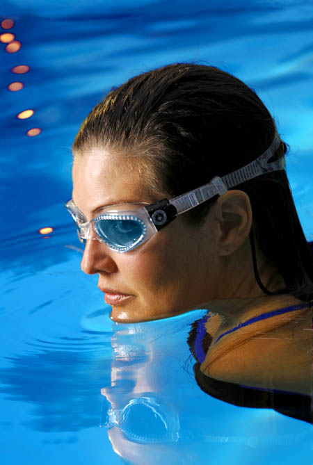 aquasphere-kaiman-schwimmbrille-woman-pool-450x669px.jpg