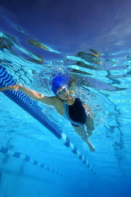 aquasphere-vista-schwimmbrille-woman-underwater-450x675px.jpg